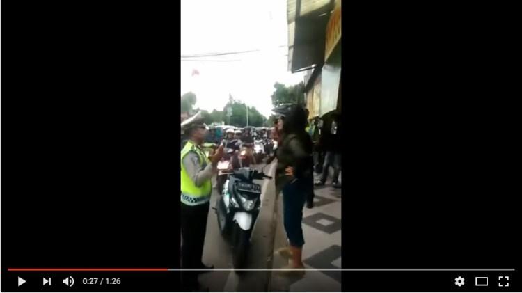Power of Emak-emak Emak-emak Damprat Polisi Yang Mau Menilangnya