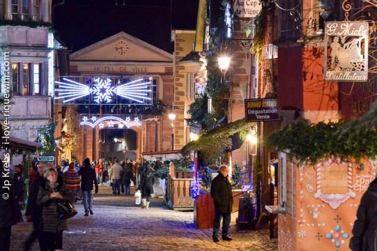 Rue principale de Riquewihr en décembre.