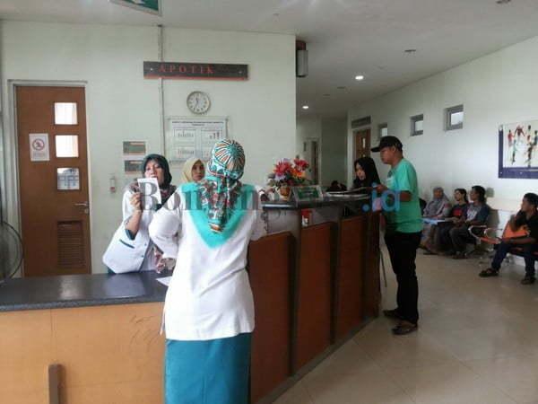 SESUAI STANDAR: Pasien sedang mendaftar di RSUD Kudungga, Selasa (6/2) kemarin.(Dok/sangatta post)