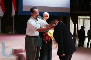Zudiharto mengalungkan medali wisuda kepada seluruh wisudawan Agama Islam. (FOTO-FOTO: RERA ANNORISTA/BONTANG POST &  ANSHARI TRI WIBOWO/SMA VIDATRA)