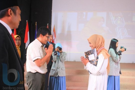 Ketua Umum Yayasan Vidatra, Feri Sulistyo Nugroho menyerahkan sertifikat penghafal kitab suci.(FOTO-FOTO: RERA ANNORISTA/BONTANG POST &  ANSHARI TRI WIBOWO/SMA VIDATRA)