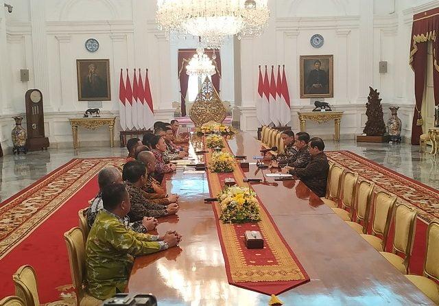 Presiden Joko Widodo (Jokowi) saat menerima kunjungan pengurus PSSI di Istana Merdeka, Jakarta, Senin (16/12/2019). (Folly Akbar/JawaPos.com)
