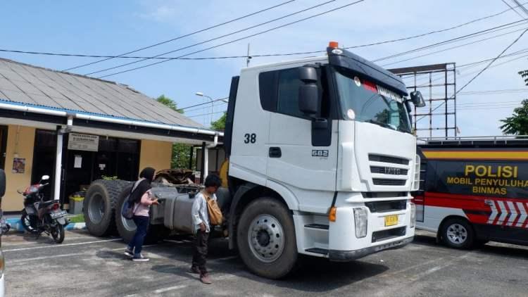 Truk trailer masih diamankan di Mapolres Bontang sebagai barang bukti. (prokal)