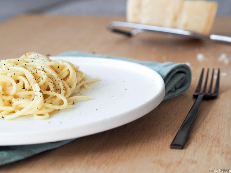 Når jeg er alene og skal lage middag til meg selv så ender jeg ofte opp med å lage pasta. Det går kjapt og det er kjempe godt. Cacio e pepe er en av de enkleste rettene jeg vet om, men du verden så god den er.