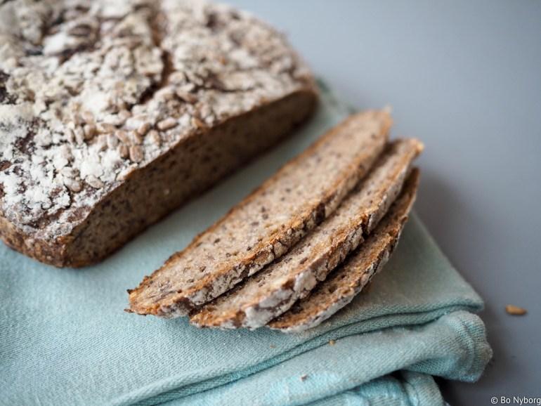 Her kommer nok en oppskrift på eltefritt brød. Jeg er veldig glad i dansk rugbrød og denne oppskriften er inspirert av dette. Masse deilige frø og den litt mørke sødmen fra mørk sirup.