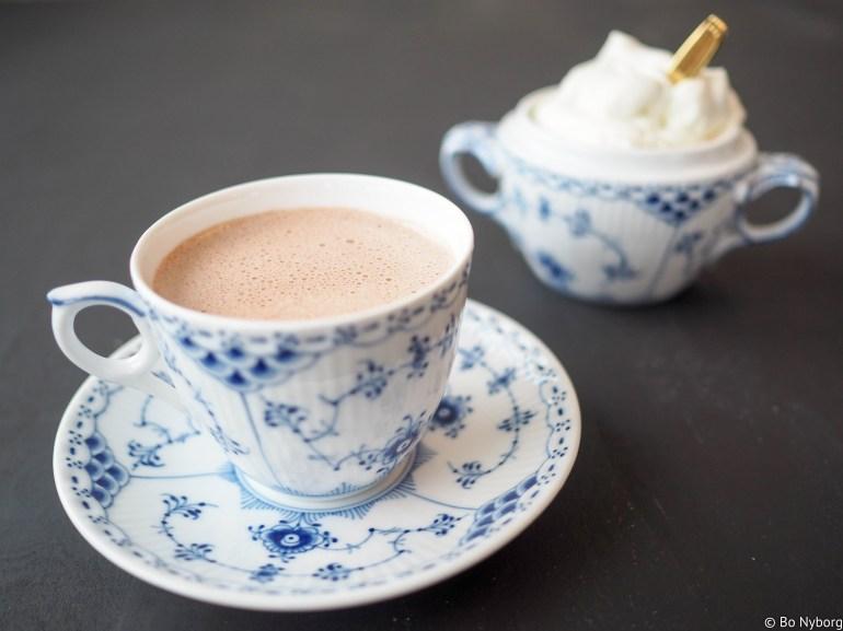 Vi er midt i den kaldeste tiden av året og da er det godt å lage seg noe varmt å drikke. For meg så er kaffe alltid det naturlige valget, men det finnes så mye annet godt å drikke. Varm sjokolade for eksempel.