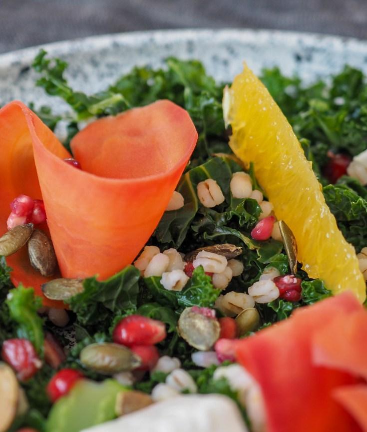 Dette er en super liten salat som fungerer utmerket som lunsj til en person. Her er det mye smaker og teksturer som gjør denne salaten litt annerledes enn en vanlig grønn salat.