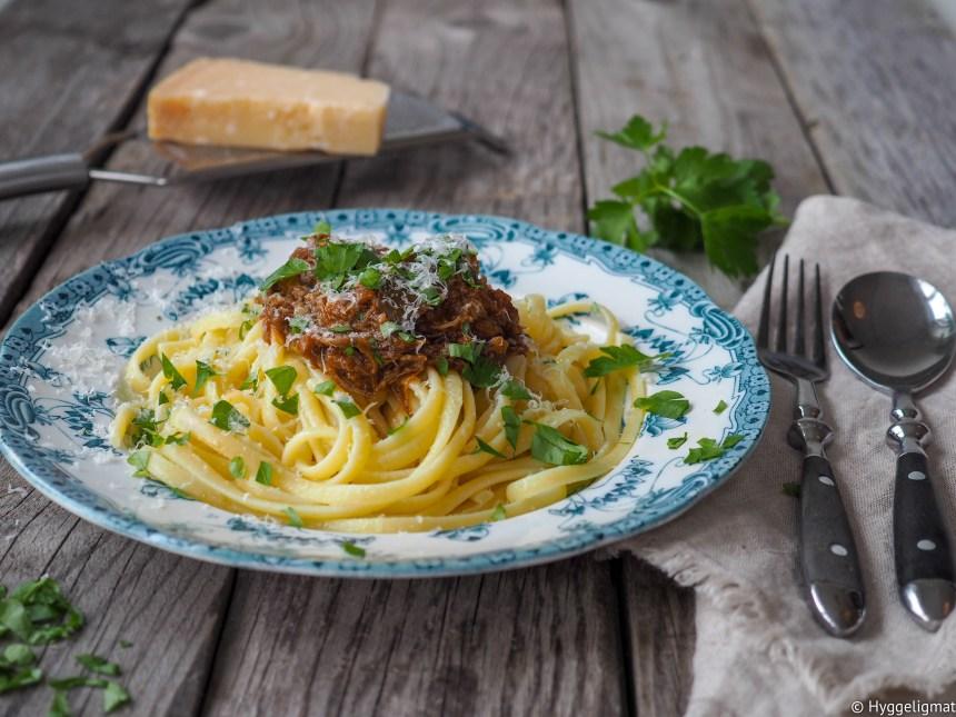 Det var tilbud på short ribs hos Anni's Pølsemakeri i Mathallen som er mitt foretrukne sted når jeg skal handle inn kjøtt. Short ribs er den fineste delen av bi-bringen hvor bena fortsatt sitter på. Short ribs er utmerket kjøtt å bruke som grytekjøtt. Kjøttet blir mørt og godt, mens bena gir fantastisk god smak i sausen. Her har jeg brukt short ribs til å lage en italiensk ragu som passer veldig bra til pasta, polenta eller som fyll i en lasagne. Det tar litt tid, men det er ikke mye arbeid.