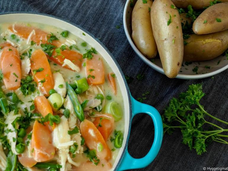 Kyllingfrikassé er ordentlig hyggelig mat. Kylling, digge grønnsaker og en hvit saus, det kan ikke bli annet enn kjempegodt.