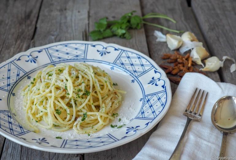 Spagetti med hvitløk og olje, dette er en rett som består av nettopp dette. Spagetti med hvitløk og olivenolje.. og litt til.. Dette er den ultimate fast fooden for meg, og en rett jeg ofte tyr til når konemor jobber kveldsvakt. Det at det går fort betyr på ingen måte at det smaker slikt, dette er en kjempegod rett. Prøv å lage spaghetti aglio e olio du også.