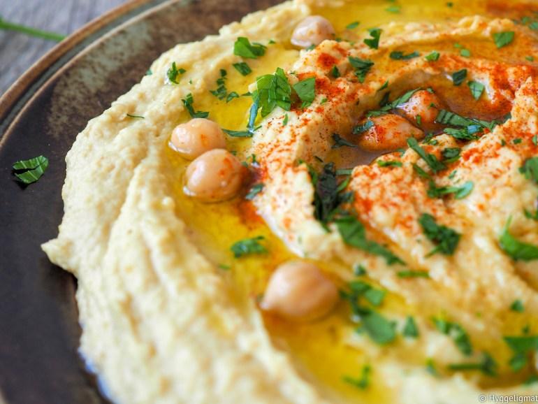 Hummus er stort i store deler av Midt-Østen der denne retten blir brukt i hovedsak som pålegg eller dip. Jeg synes også den er kjempegod som tilbehør til kylling eller grillet kjøtt. Hovedingrediensen i en hummus er kikerter som er full av viktige næringstoffer og den er vegansk hvis det er viktig for deg.
