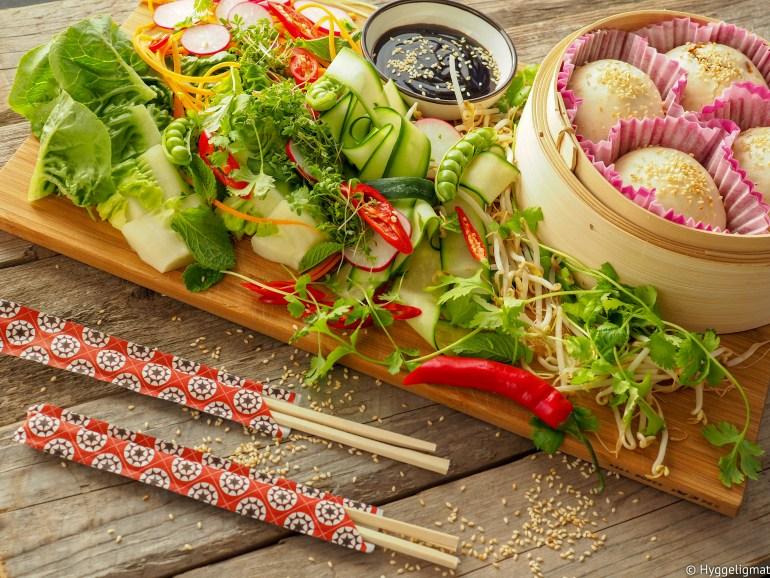 Pulled pork er en gjenganger her i hjemmet. Jeg pleier å lage opp ganske store mengder når jeg først gjør det. Restene fryser jeg ned i porsjonsposer. Da har jeg godt og smakfullt kjøtt tilgjengelig når jeg jeg behøver en rask middag. Kjøttet passer godt i fylte steambuns, bahn mi, til stekt ris/nudler, som topping på okonomiyaki, i en bakt potet eller i en suppe som ramen eller pho. Jeg har tidligere lagt ut en oppskrift som er veldig lik, men denne gangen har jeg tilsatt masse gode asiatiske smaker.