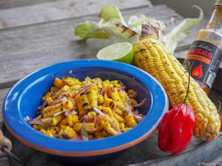Grillet maissalsa med habanero er spenstig salsa som du kan servere til taco. Den smaker også godt til stekt/grillet kjøtt, fugl og fisk, i en bakt potet eller på pølsa.