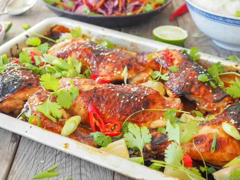 Søte, litt spicy og klissete kyllinglår med asiatiske smaker. Servert med en liten kålsalat og litt ris er et skikkelig smakfullt festmåltid som du lager ganske så raskt.
