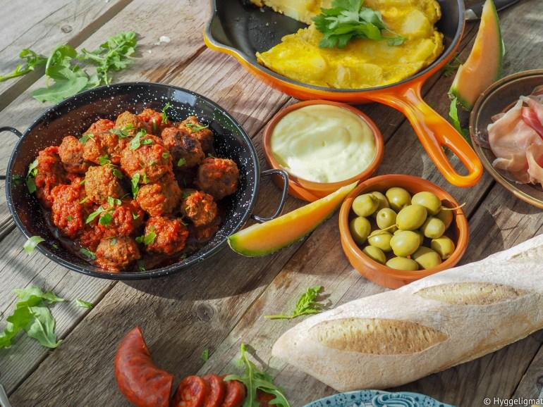 Albóndigas er spanske kjøttboller, og et vanlig syn når man får servert tapas. I denne varianten har jeg blandet inn finhakket chorizo i kjøttdeigen, som en liten snarvei til smakfulle kjøttboller. Kjøttbollene serveres i en smakfull og småspicy tomatsaus.