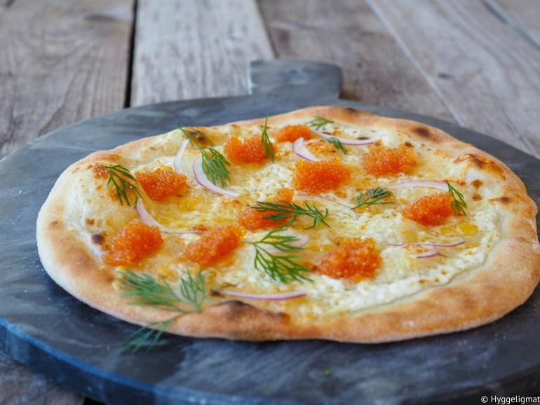 Jeg blir aldri lei av pizza, det at du kan variere en pizza i det uendelige gjør at du kan spise en ny pizza hver dag resten av ditt liv. Denne varianten med Västerbottenost, som er min absolutte favorittost og rognkjeksrogn, synes jeg definitivt du bør lage og spise mer enn en gang. Det høres litt merkelig ut med rogn på pizza, men det smaker helt fantastisk. Jeg lover! Denne oppskriften gir deig til 4 pizzaer, så kan du variere litt. Det er ingen grunn til å lage fire like pizzaer.