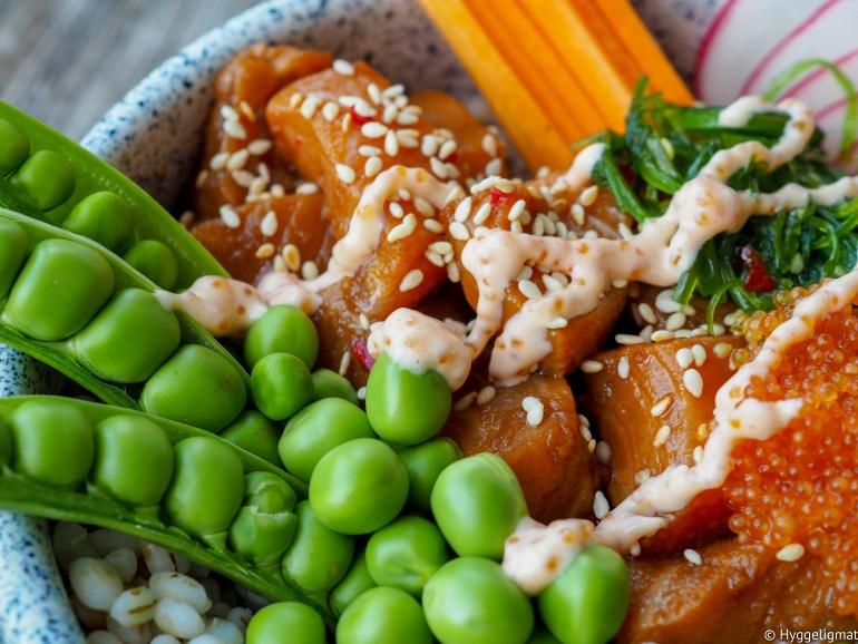 Poke er ensjømatsalat som stammer fra Hawaii. Den består som regel av kald ris, forskjellige grønnsaker og rå fisk eller skalldyr. Du kan eksperimentere deg frem til din favoritt ved å benytte forskjellige grønnsaker, spennende toppinger og forskjellige typer sjømat. I denne har jeg byttet ut risen med byggryn, og jeg har marinert Salmalaks i en smakfull marinade.