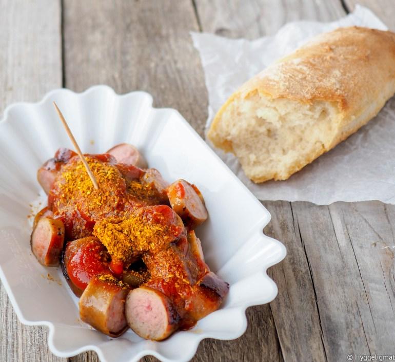 Currywürst er den ultimate tyske gatematen. Stekt pølse, som regel skjært i skiver og toppet med en varm ketchup tilsatt karri. Gjerne servert med et stykke brød eller et rundstykke til. Currywürsten spiser man gjerne med en tannpirker.