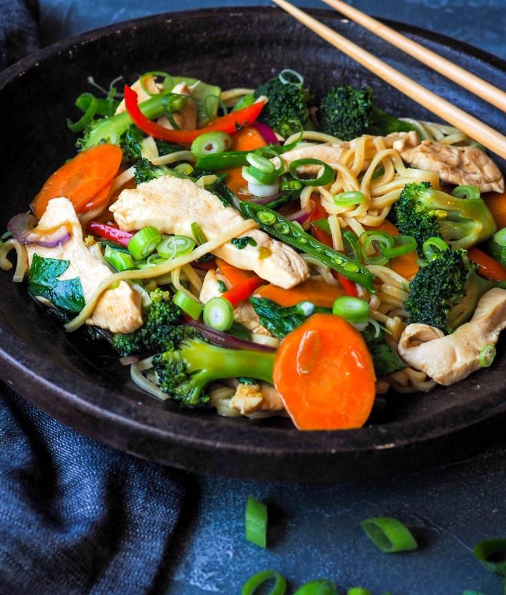 Er du glad rask, digg og enkel mat? Woking er en genial måte å lage mat på, og du kan variere i det uendelige. Bruk de grønnsakene du har, eller de grønnsakene du liker best. Tilsett litt kjøtt, eller lage den vegetar. Vend inn ris eller nudler, eller server dette som tilbehør. Nesten alt kan wokes og du trenger slettes ingen wok for å woke. Bruk en stor stekepanne med høye kanter eller en gryte. Her er en standard variant med en saus basert på østerssaus. En smak du sikkert kjenner igjen.