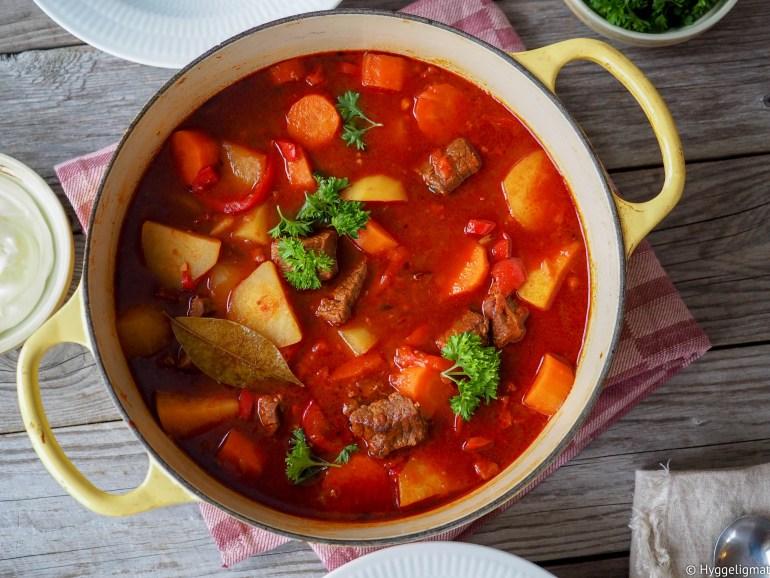 Gulasj er en smaksbombe av en gryterett eller suppe som er nasjonalretten til Ungarn. Kjøtt, chorizo, gulrøtter, poteter og mye(!!) paprika, både frisk og i pulverform i en skjønn forening som gir den en middag som virkelig varmer.
