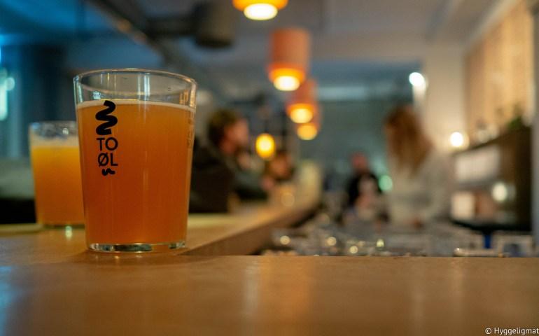 I samme område som Bæst og Andersen & Maillard finner du Brus Bar, dette er bryggeriet og baren til nomadebryggeriet To Øl. Her finner du bortimot 30 øl på fat, mesteparten brygget i lokalene du sitter i. Dette er absolutt et sted du bør få med deg om du er i området og har lyst på god øl og god stemning. Om du er øltørst, men ikke skal til København med det første, så finner du Brus Bar i Oslo også, dog i en litt mindre skala.