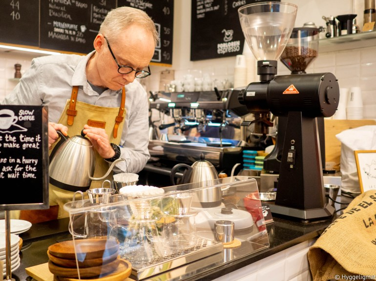 I januar hvert år, er jeg i København i forbindelse med et event på jobben. I fjor hadde jeg 10 timer på egenhånd i byen, som etter Oslo er min favorittby. Jeg raste igjennom steder som Prolog for kaffe og croissanter, Hija de Sanchez hvor jeg spiste Rosio Sanchez sine berømte tacos, hamburger på Gasoline Grill som mange hevder er Københavns beste burger, før det ble en ny runde med kaffe og bakevarer på Juno the bakery. Mer kaffe på The Coffee Collective både i Bernikowsgate og i brenneriet deres i Fredriksberg, jeg spiste en bolle med ramen på Slurp Ramen joint, før kvelden ble avsluttet med pizza på Mother pizza i Kødbyen. Jeg la meg mett den dagen, jeg var egentlig mett når jeg våknet dagen etterpå også. Men jeg storkoste meg og jeg bestemte meg for å gjenta dette. Denne gangen reiste jeg ned enda tidligere så jeg fikk nesten halvannet døgn på egenhånd. Dette er min skildring av stedene jeg besøkte denne gangen.