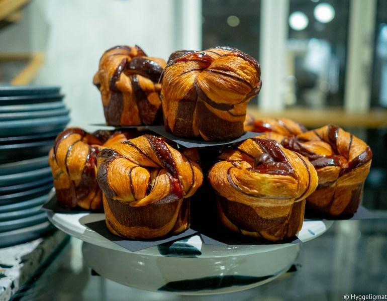 Andersen & Maillard er et kombinert bakeri og kaffebrenneri. Mannen bak bakeriet er en av Nomas tidligere bakere. Hyllene bugner av nydelige brød og bakverk. Stedet er spesielt kjent for fantastiske croissanter. Jeg måtte selvsagt prøve en av disse og gikk for en sjokoladecroissant, fylt med en nydelig sjokoladeganache. Croissanten smakte og så helt fantastisk ut. Er du kaffetørst så er ikke det noe problem. Andersen & Maillard brenner sin egen kaffe i lokalene. De brygger fantastisk god kaffe på stedet og de har en hylle proppfull av morsomme kaffebønner du kan ta med deg hjem.
