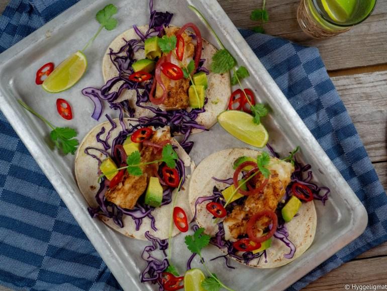 Vi spiser mye skrei om dagen hjemme, her har jeg gjort skreien meksikansk og laget en fisketaco. Jeg har laget en enkel krydderblanding, med blant annet spisskummen og chipotle, som er kjente smaker fra en taco. For å gjøre tacoen noe litt utenom det vanlige har jeg laget en kiwisalsa.