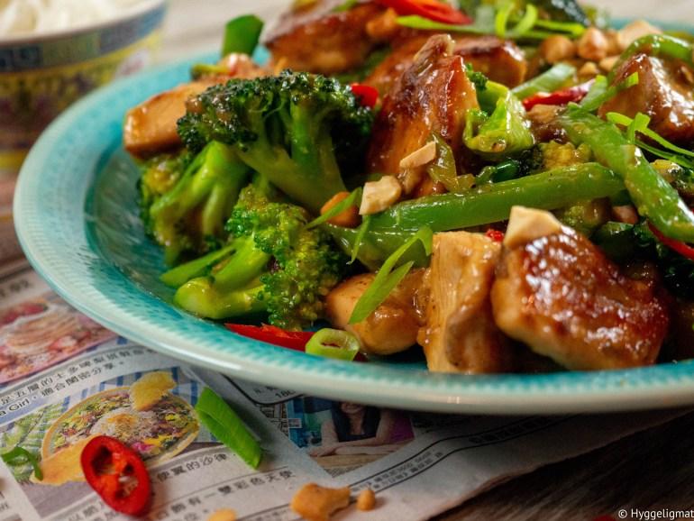 Kylling kung pao er en klassisk rett fra Sichuan i Kina. Kylling kung pao er en veldig smakfull kyllingrett. Den har masse varme fra pepper, chili og ingefær og deilig sødme fra honning. Tradisjonelt skal den lages med purre som eneste grønnsak. Jeg har brukt vårløk, i tillegg har jeg brukt broccoli og sukkererter, for å få litt flere grønnsaker i retten. Prøv å lag kylling kung pao idag.