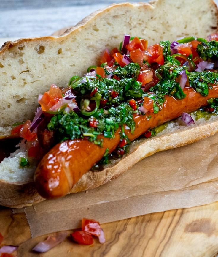 Choripán er en veldig populær street food rett fra Argentina, men den er populær i store deler av Sør-Amerika. Retten er rett og slett en pølse i brød. Derav navnet, som er en sammensetning av chorizo og pan (brød på spansk). Retten blir vanligvis servert med en eller annen saus, hvor chimichurri er det folk vanligvis velger. Prøv å lag choripán med chimihurri du også, hvis du har lyst på en ny vri på den tradisjonelle pølsa i brød.