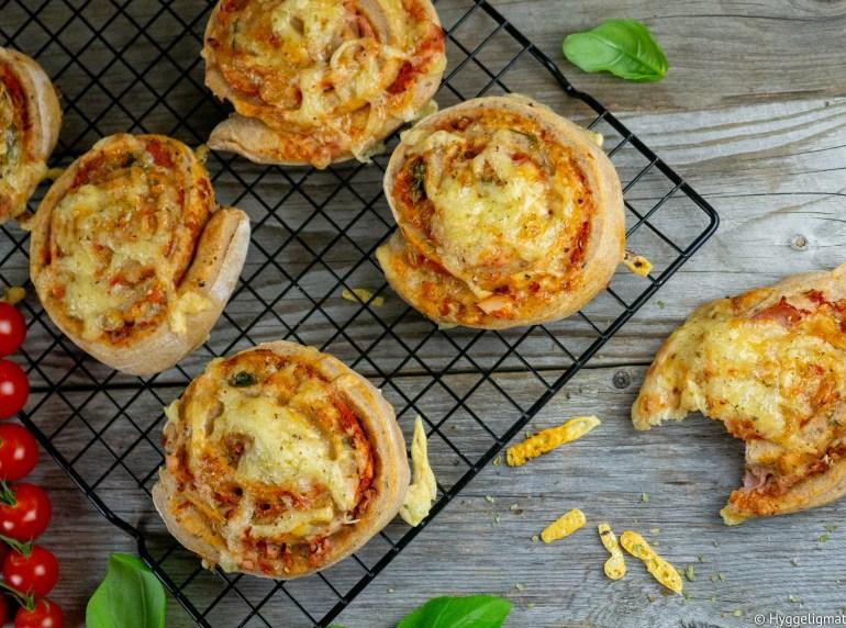 Grove pizzasnurrer er et perfekt lite måltid, det er alltid superpopulært når disse morsomme pizzaene dukker opp i matboksen. Her har du en enkel variant med skinke, men du kan selvsagt putte hva som helst inn i pizzasnurrene. Disse kan fint fryses ned om du ønsker å ha noen på lager.