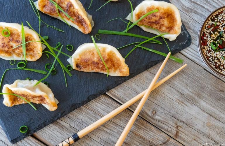 Japansk mat er digg, jeg har tidligere lagt ut en oppskrift på okonmiyaki, her på bloggen, som er noe av det beste jeg vet. Gyoza er også høyt oppe på listen over ting jeg helst spiser. Gyoza er små dumplings som egentlig stammer fra Kina, men dette er den japanske varianten. Denne varianten er med kvernet skjøtt av svin, deilig smak av hvitløk. Gyoza serveres vanligvis med en soya/eddikbasert dip.
