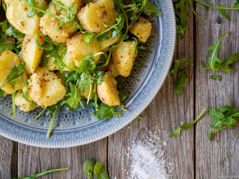 Potetsalat med ruccola og sennep er fantastisk godt tilbehør til alt av kjøtt. Denne potetsalaten er også nydelig til fisk.