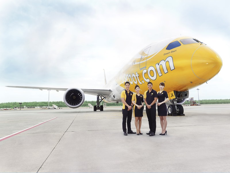 (Scoot) 酷航空服員與首架波音 787夢幻客機合影