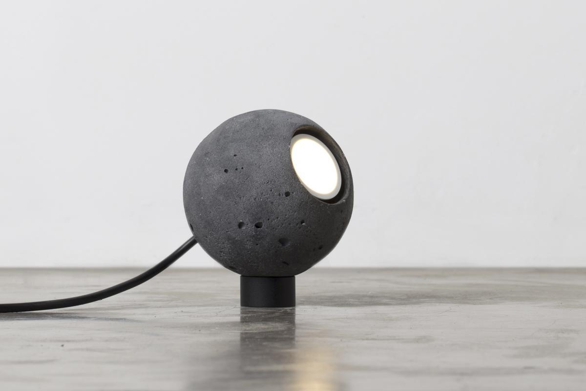 4838-luminaria-esfera-preta-tomada-1-1200