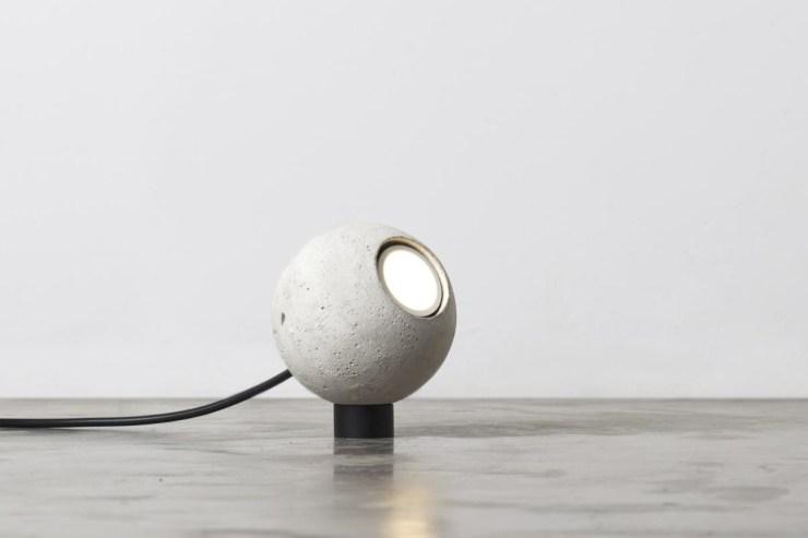 4839-luminaria-esferinha-branca-tomada-1-1200