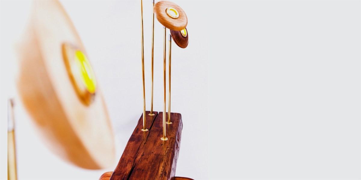 Casa Costillas: Esculpe móveis enaltecendo a beleza natural da madeira