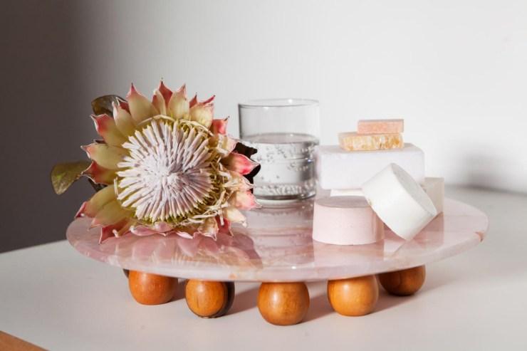 4492-bandeja-em-marmore-rosa-e-bolas-em-madeira-estudio-suka-braga-1-1400