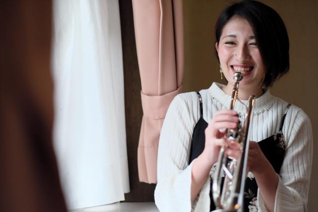 楽しそうにトランペットを吹く女性