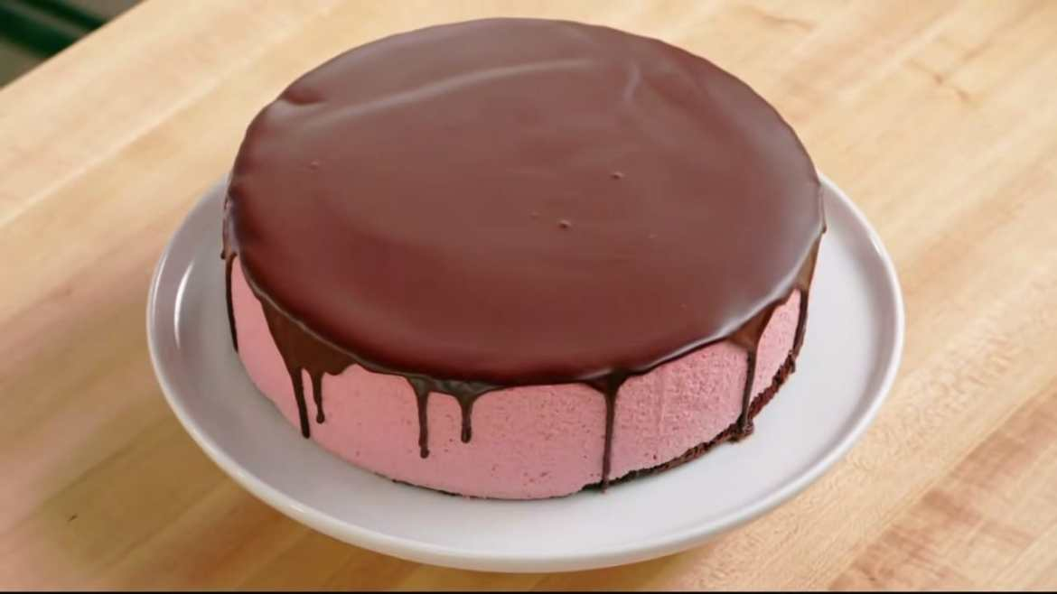 Professional Baker Teaches You How To Make CHOCOLATE MOUSSE CAKE