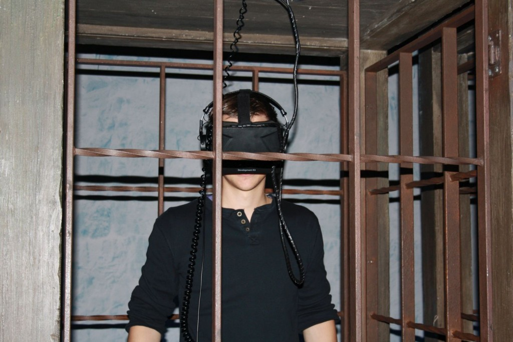 Mit Kopfhörern und Virtual Reality Brille ging es auf die Mauer hinauf.