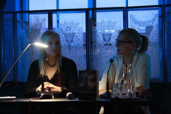 Fantasy-Autorin Carolin Wahl stellt ihren Roman Die Traumknüpferin vor