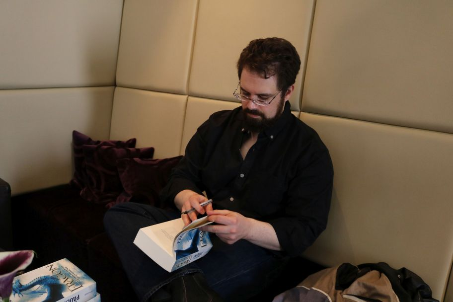 "Christopher Paolini signier sein Buch ""Eragon"""