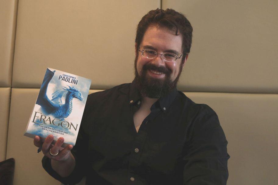 """Christopher Paolini mit seinem Buch """"Eragon"""""""