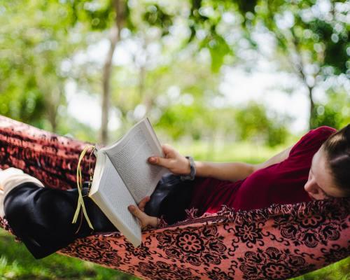 Adevăr sau mit: Cititorul înrăit citește la infinit?
