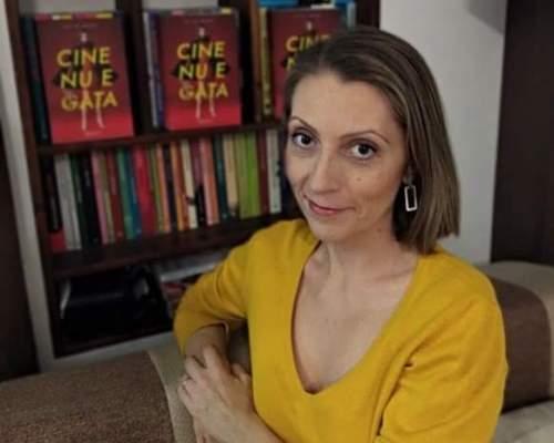 Iulia Nani: Autor cu cărțile pe masă (3)