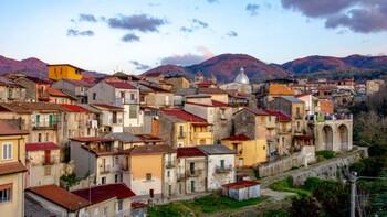 «Свободный от коронавируса» город в Италии продаёт дома за 1 евро (видео)