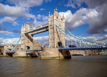 Тауэрский мост в Лондоне застрял на 1.5 часа при разведении
