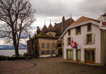 В Швейцарии открывают магазины и салоны красоты