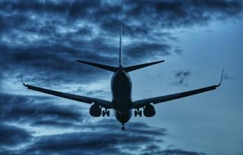 В США авиапассажира сняли с рейса за отказ надеть маску